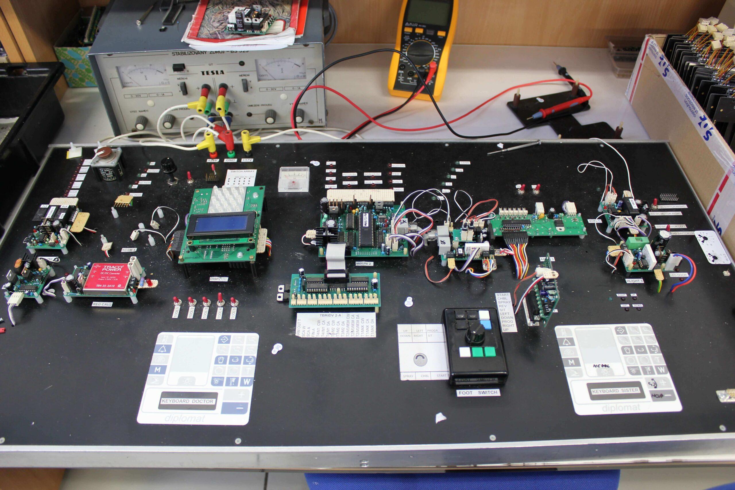 Provádíme i finalizaci výrobků, včetně montáže do krytů, kabeláže a finálního balení.